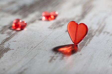 plastic heart: cuore rosso di plastica su un bordo bianco con un ombra bella