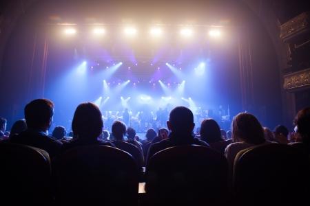Publikum beobachtete die Szene mit den Künstlern Standard-Bild - 23208572