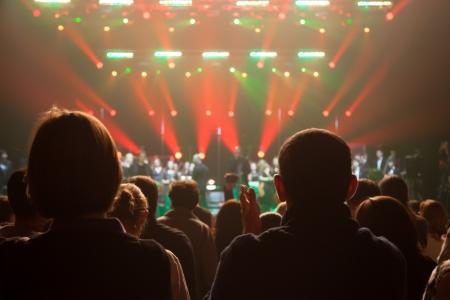 Het publiek applaudisseerde de artiesten op het podium Stockfoto