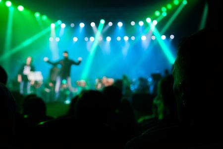 concerto rock: El público en un concierto en el fondo de la escena.