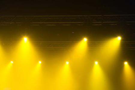 Stage lichten aan concert. Verlichtingsapparatuur met veelkleurige balken.