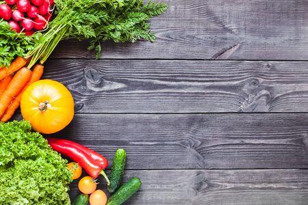 Achtergrond van houten planken zwarte kleur met verse groenten.