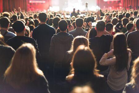 Het publiek kijken naar het concert op het podium.