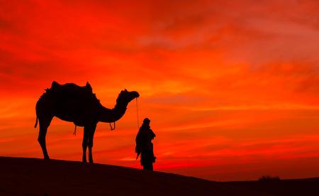 Desierto de Rajasthan con el cielo dramático con el camello y el hombre