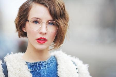 メガネを屋外で幸せな知的な女の子