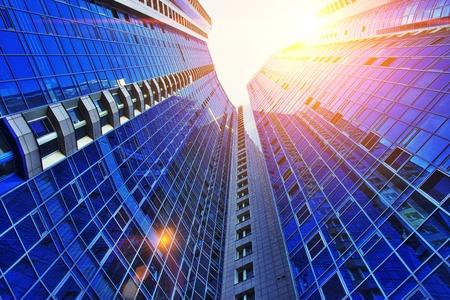 Bürogebäude Geschäftsansicht Hintergrund in hellen Stilfarben. Blick auf den Wolkenkratzer von unten.