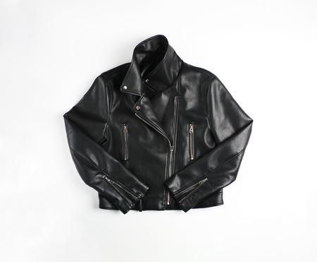 Giacca da motociclista in pelle nera vintage classica sparata dalla parte anteriore isolata su bianco.