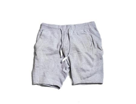 Sport graue Herren Shorts Hosen isoliert auf weißem Hintergrund. Hype Modemagazin Foto im urbanen Stil.