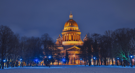 Winter Saint Petersburg. St. Isaac's Cathedral in Saint-Petersburg in the Christmas illumination decoration at night . Russia in the winter in the New Year. Archivio Fotografico - 115547363