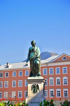 Wolfgang Amadeus Mozart statue monument sur la place Mozart Mozartplatz situé à Salzbourg, Autriche. Belle journée d'été. Mozart était un compositeur autrichien influent de renommée mondiale de l'ère classique. Banque d'images