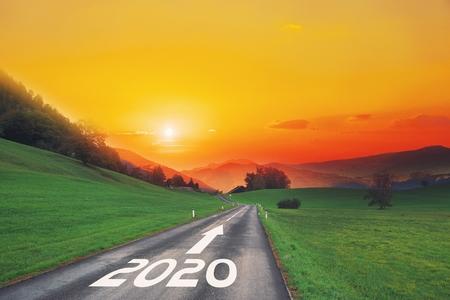 Carretera asfaltada vacía y año nuevo 2018, 2019, 2020 concepto. Conducir por una carretera vacía en las montañas hasta el próximo 2018, 2019, 2020 y dejar atrás los años. Concepto de éxito y paso del tiempo.