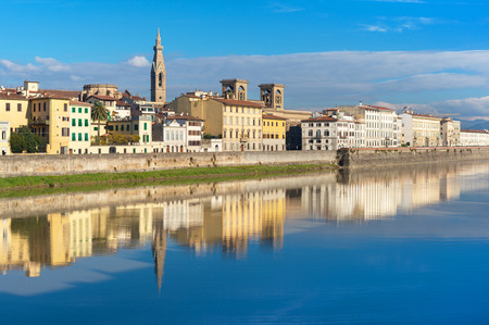 river arno: Bank of the River Arno in Florence, Italy