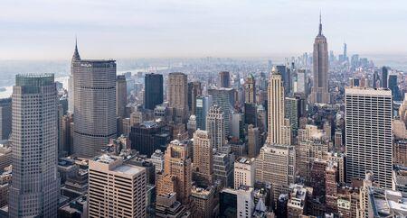 De Stad van New York - April 2015, de VS: Mening van Manhattan van het dak van het Rockefeller-Centrum Redactioneel
