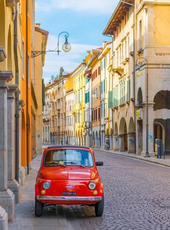 Udine - maart 2016, Italië: Vintage Fiat 500 geparkeerd op de straat van de oude Italiaanse stad Udine