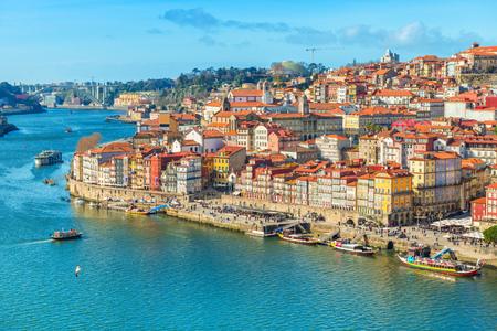 Stadsgezicht van de oude stad Porto (Porto), Portugal. Vallei van de rivier de Douro. Panorama van de beroemde Portugese stad. Populaire toeristische bestemming