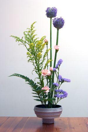 arreglo floral: Un ejemplo de Ikebana, el arte japon�s del arreglo floral.