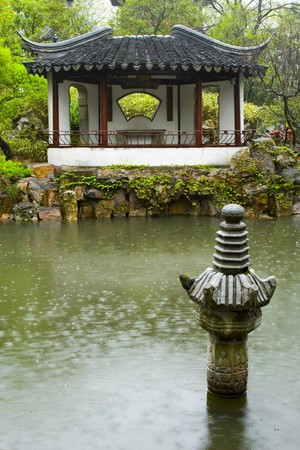 An ancient Chinese Garden in the rain Banque d'images