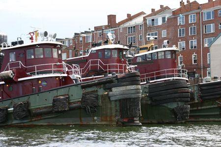 hampshire: Tres viejos remolcadores atracados en Portsmouth, Nueva Hampshire