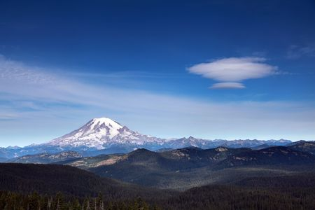 lenticular: An amazing UFO shaped cloud hovering over Mount Rainier Stock Photo