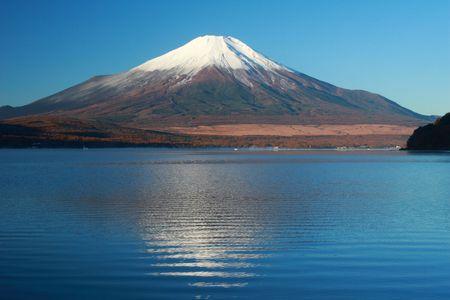 꼭대기가 눈으로 덮인: Snow-capped Mt. Fuji in Fall with reflections in mountain lake