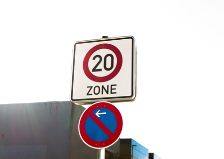 Señal de zona de velocidad de tráfico de 20 mph. velocidad lenta. Foto de archivo