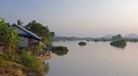det: Cottage for tourists on the river Mekong in Don Det - Laos Stock Photo