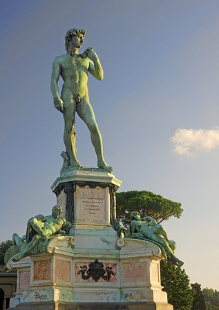 vacance: Bronze statue of David at Piazzale Michelangelo in Florence - Italy
