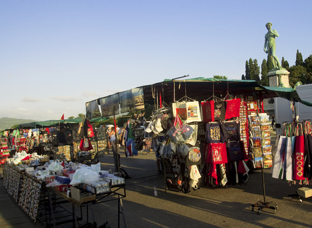 vacance: Negozi di souvenir in Piazza Michelangelo a Firenze Editoriali
