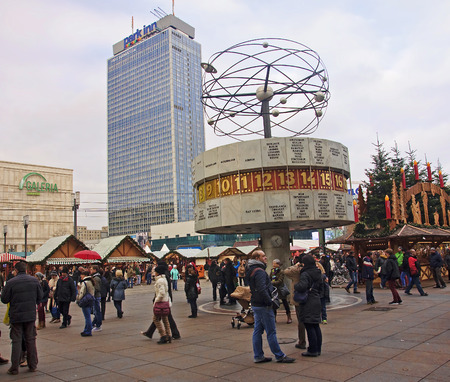 tourismus: BERLIN, GERMANY - DECEMBER 7, 2014: Alexanderplatz is visited daily by over 300 000 people. on 7 December 2014 in Berlin, Germany. Alexanderplatz is the central hub in the eastern part of Berlin. Editorial