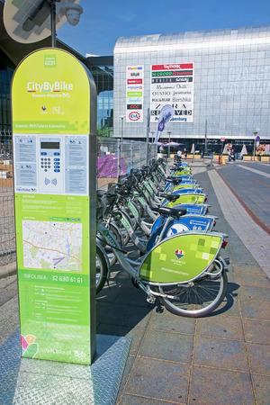 rendite: KATOWICE, POLONIA - 19 luglio 2015: Noleggio biciclette nel centro della citt� il 19 luglio 2015 a Katowice, in Polonia. Nuova noleggio biciclette situato presso la stazione ferroviaria centrale di Katowice
