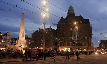 5 december: AMSTERDAM, NETHERLANDS - NOVEMBER 5, 2015: Dam Square by night on 5 December 2015 in Amsterdam, Netherlands. Dam Square in Amsterdam is the main square of the city