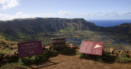 rapa nui: Hanga Roa, Isla de ESTER, CHILE - NOVIEMBRE 9, 2015: Orongo - pueblo ritual en Rapa Nui el 9 de noviembre de 2015, de Hanga Roa, Isla de Ester, Chile.Orongo - es una de las atracciones tur�sticas de la isla de Rapa Nui