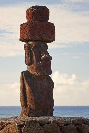 moai: Isla de Pascua, Chile - viejas estatuas moai en el paseo marítimo
