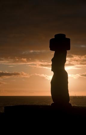 moai: Easter Island, Chile - old moai statues on the waterfront Foto de archivo