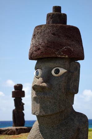 moai: Isla de Pascua, Chile - viejas estatuas moai en el paseo mar�timo