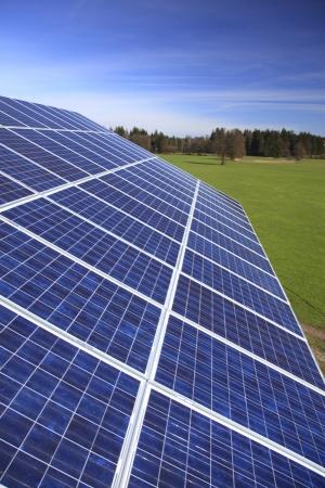 Fotovoltaïsche modules worden geïnstalleerd op een huis