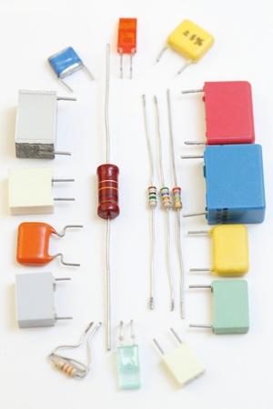 electrolytic: Resistencias de componentes electr�nicos, condensadores blanco de fondo. Foto de archivo