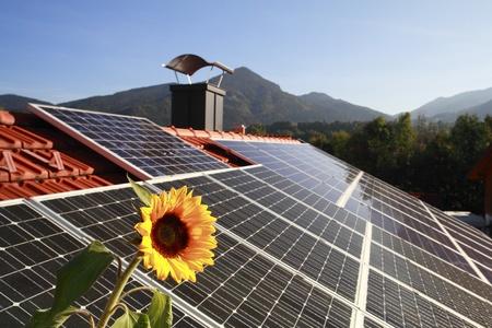 rooftop: Fotovoltaïsch paneel op het dak met zon symbool