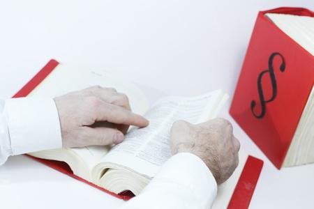 zoek in de wet boek met de handen, boeken in achtergrond