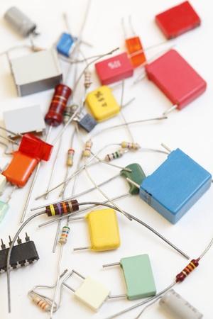 electrolytic: Resistencias de los componentes electr�nicos, condensadores sobre fondo blanco. Foto de archivo