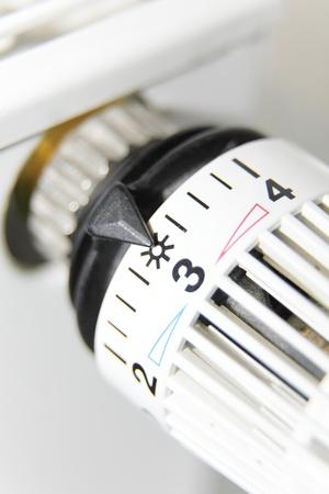 close-up van een thermostaat op een radiator
