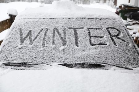 De winter met sneeuw vlokken op de auto het scherm Stockfoto