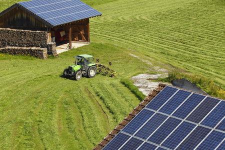 verschillende zonnepanelen op het dak met de natuur achtergrond Redactioneel