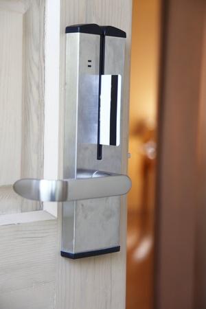toegangscontrole: het plaatsen van keycard in het elektronische slot. deur.