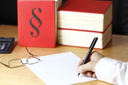 document op een advocaat bureau met wetboeken op de achtergrond