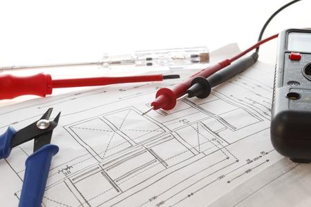 Elektrische Apparatuur Op Plan van het Huis met een witte achtergrond Stockfoto
