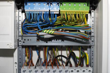 de distributie van elektriciteit doos met draden en schakelaars