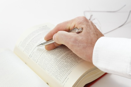 Zakenman werken met documenten te zoeken in het boek