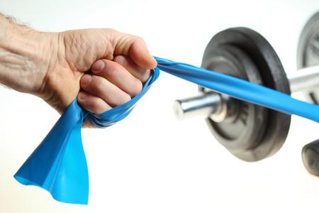 zwarte fitness fitnessapparatuur halter gewicht met blauwe elastische band Stockfoto