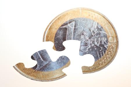 Currency Puzzle - Split Pie-Euro-Münze mit weißem Hintergrund